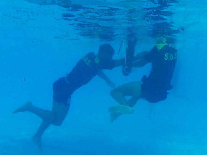 ejercicio bajo el agua socorristas